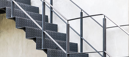 Wij plaatsen uw houten stalen of betonnen trappen for Stalen trap maken