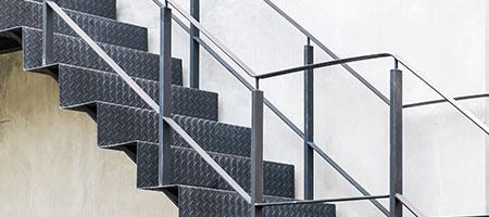 Wij plaatsen uw houten stalen of betonnen trappen - Metalen trap design hout ...